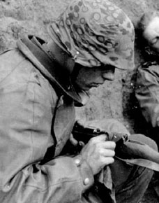 Couvre-casque Waffen SS en situation.